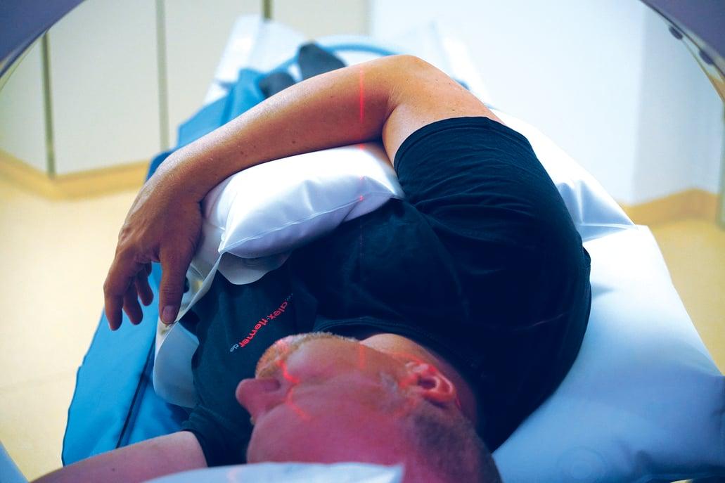 Patient in Rückenlage seitlich angehoben mit Ellenbogen auf Oberkörper