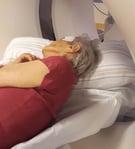 Abb.1 Demente Patientin auf der Seite liegend für eine CT Untersuchung des Kopfes.