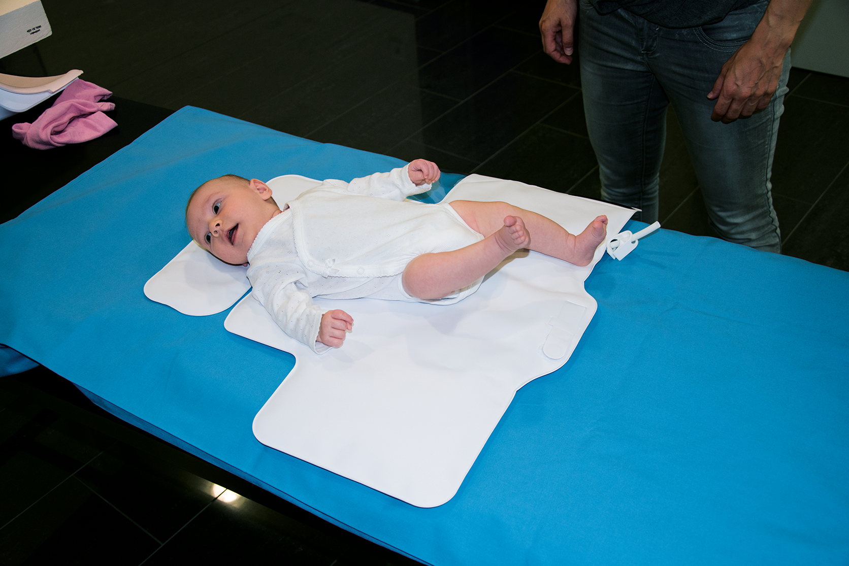 Neugeborenes in Vorbereitung für MRT auf BabyFix Cocoon