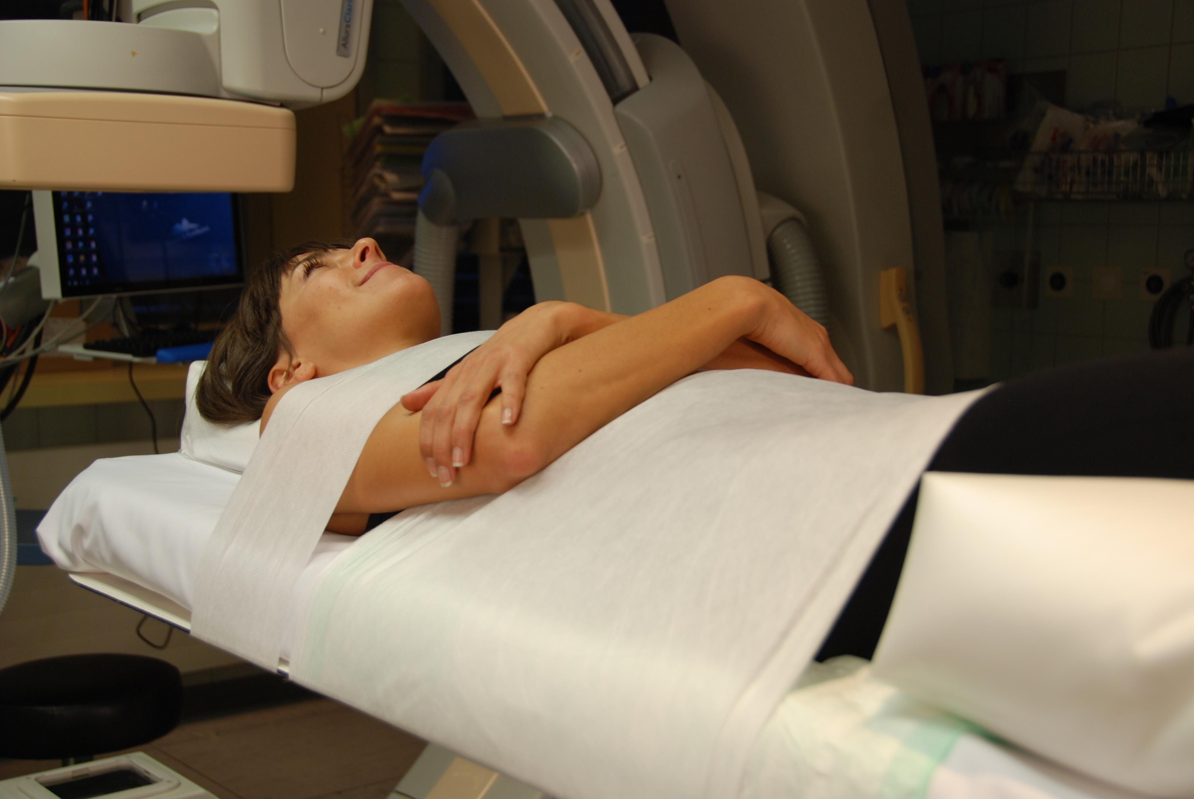 Patient auf Untersuchungstisch fixiert mit PearlFit und iFIX für Intervention
